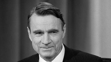 Virkaatekevä presidentti Mauno Koivisto Pasilan TV-studiolla 27. lokakuuta 1981. Koivisto pitää TV-puheen presidentti Urho Kekkosen vallasta luopumisen johdosta.