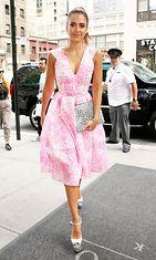 Jessica Alba edusti pinkissä muotiluomuksessa.