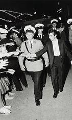 Kristian Runeberg_Thti saapuu poliisisaattueessa, 18.8.1959