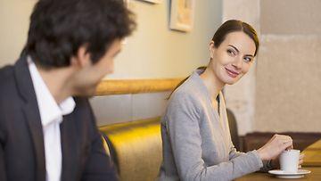 flirttailla,-parisuhde,-kahvila