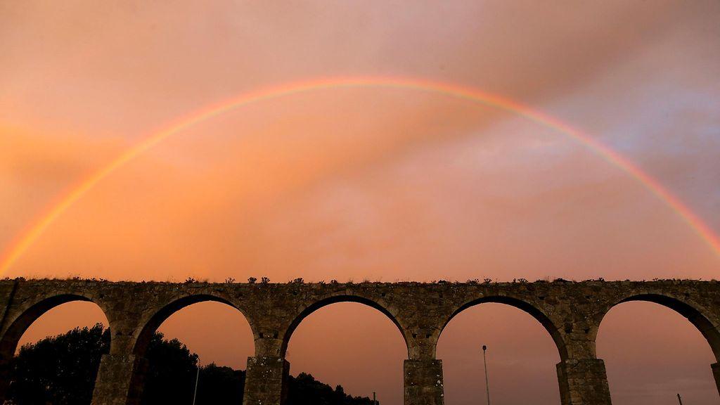 Sateenkaari taipui upeasti Santa Clara Aqueductin ylle Vila do Condessa Portugalissa 28. elokuuta 2014. Copyright: EPA. Kuva: ESTELA SILVA.