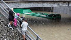 KUVAT: Etel�-Ruotsi tulvii - bussit hukkumaisillaan alikulkutunneliin