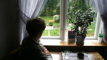 vanha_nainen_istuu