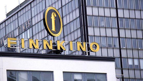 Finnkinon neonvalomainos Helsingin Tennispalatsin katolla.