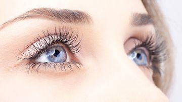 upeat-ripset-siniset-silmät-nainen