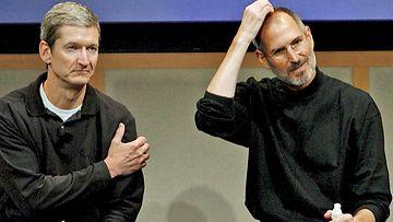 Applen toimitusjohtajan paikalta väistyvä Steve Jobs ja hänen tilalleen nouseva Tim Cook arkistokuvassa.
