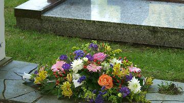 kukkia_haudalla