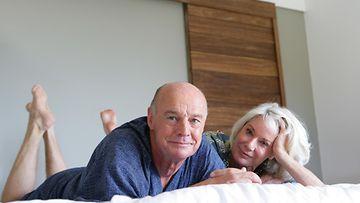 vanhuksia sängyssä