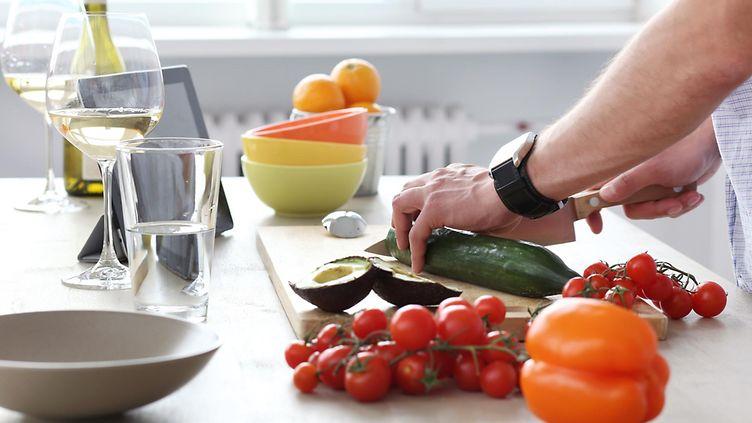 Pienet asiat vaikuttavat valintoihimme: Näin estät kiusaukset kotikeittiössä