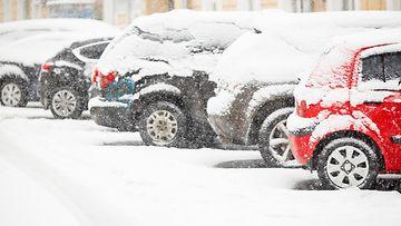 autoja lumessa