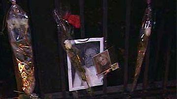 Murhatun Anna Politkovskajan muistoa kunnioitettiin kynttilöin Venäjän Helsingin-lähetystön edessä.