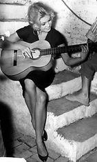Brigitte Bardot kitara