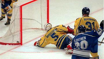 Jere Lehtinen tekee maalin Ruotsia vastaan MM-kisojen alkusarjassa 1995.