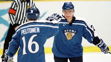 Ville Peltonen ja Jere Lehtinen tuulettavat Suomen maalia Kanadan verkkoon  pronssiottelussa Naganossa 1998.