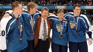 Jere Lehtinen, Tuomas Grönman, lääkäri Juhani Ikonen, Saku Koivu ja Aki Berg juhlivat Naganossa.