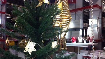 kaupassa joulutavaraa