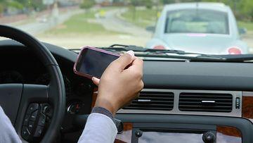 kännykkä ja autolla ajo