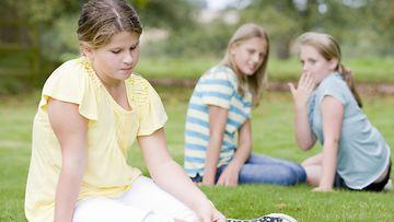 Nuoret-tytöt-kiusaavat