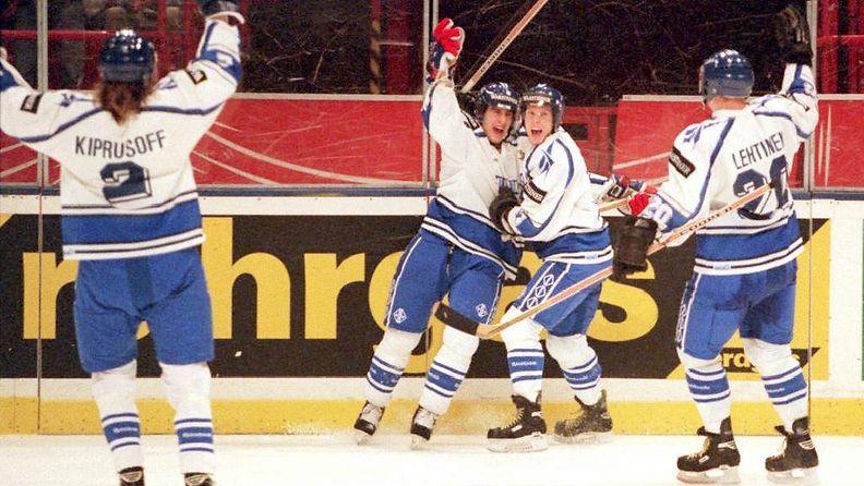 Jere Lehtinen, Saku Koivu, Ville Peltonen ja Marko Kiprusoff juhlivat kevään 1995 MM-kisoissa