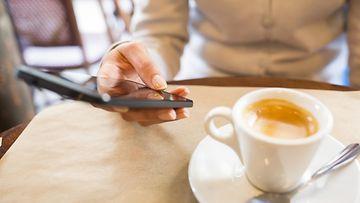 Kahvila, älypuhelin
