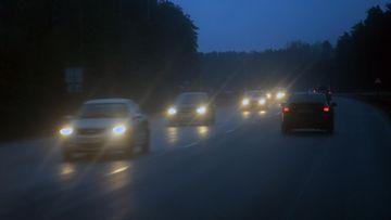 autoliikenne pimeällä