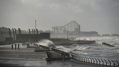 Hurrikaanin jäänne sekoittaa Euroopan säätä: Skotlannissa hirmumyrskyä, Kreikkaan lunta