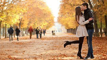 Rakastunut-pari-suutelee-puistossa