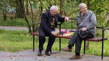 vanhukset pelaamassa shakkia