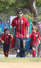 Good Charlotte -bändin Joel Madden osallistuu poikansa jalkapalloharrastukseen. Copyright: All Over Press. Photographer: RMBI.