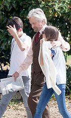 Näyttelijä Michael Douglas viihtyi lastensa seurassa kesken elokuvansa kuvausten. Copyright: All Over Press. Photographer: LYNX.