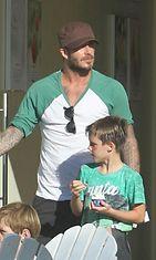 Brittifutari David Beckham nauttii isyydestä. Kuvassa ollaan jätskillä surffauksen jälkeen. Copyright: All Over Press/All Over Press. Photographer: DOBN GUTS RMBI.