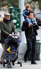 Orlando Bloom poikansa Flynnin ja isänsä kanssa. Copyright: /All Over Press. Photographer: REX/Broadimage/All Over Press.
