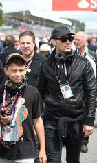 Jude Law bongattiin poikansa kanssa Britannian GP:n varikolla. Copyright: All Over Press. Photographer: Daniel Deme/WENN.com.