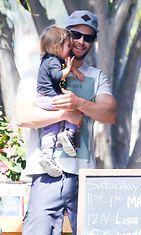Näyttelijäkomistus Chris Hemsworthilla on kolme lasta vaimonsa, espanjalaisnäyttelijä Elsa Patakyn kanssa. Copyright: All Over Press. Photographer: DOBN GUTS.