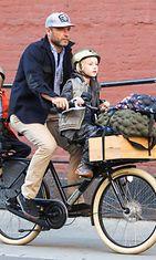 Naomi Wattsin puoliso, näyttelijä Liev Schreiber kuskaa pariskunnan poikia pyörällä. Mutta missä on Lievin kypärä? Copyright: All Over Press. Photographer: AGNY.