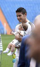 Jalkapalloilija James Rodriguez esittäytyi uudelle seuralleen Rela Madridille tyttärensä kanssa. Copyright: All Over Press. Photographer: imago/Marca.