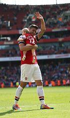 Olivier Giroud tuulettaa Arsenalin faneille lapsensa kanssa. Copyright: All Over Press. Photographer: REX/Offside/All Over Press.