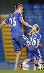 Jalkapalloilija John Terry pelaa lastensa kanssa. Copyright: All Over Press.