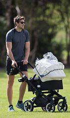 Australialainen jalkapalloilija Shaun Hampson ulkoiluttaa vastasyntynyttä poikaansa. Copyright:  All Over Press. Photographer: Splash News.