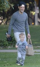 Jääkiekkoilija Mike Comriella on poika Luca näyttelijä Hilalry Duffin kanssa. Copyright: All Over Press. Photographer: REX/Broadimage/All Over Press.