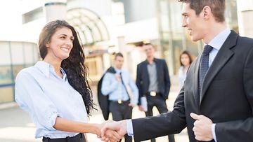 Kättelyyn-yhdistetään-luottamuksen-ja-yhteisöllisyyden-tunteita