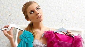 Nainen valitsee vaatteita