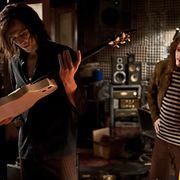 Hurmuri näppäilee kitaraa Only Lovers Left Alive -elokuvan kuvauksissa. Copyright: All Over Press. Photographer: Sony Classics/Splash News.
