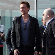 Nahkatakki sopii Hiddlestonille todella hyvin. Copyright: All Over Press. Photographer: Starface.ru / Splash News.