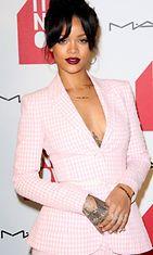 Rihanna-lumosi-vaaleanpunaisessa-asussa