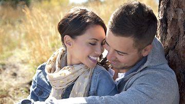 Onnelliset-pariskunnat-pitävät-kädestä-kiinni-ja-kuuntelevat-toisiaan
