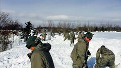 Sankaruus ja naapuriapu ilahduttavat lumen hautaamassa Buffalossa