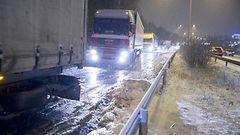 KUVAT: Jumiin jääneet rekat seisottivat liikennettä