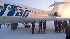 VIDEO: Matkustajat ty�nsiv�t j��tyneen lentokoneen matkaan Siperiassa