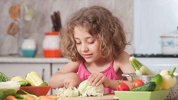lapsi-laittaa-ruokaa